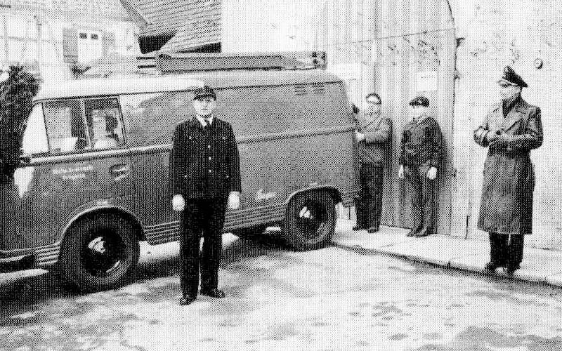 Kommandat Heinze bei der Fahrzeugübergabe
